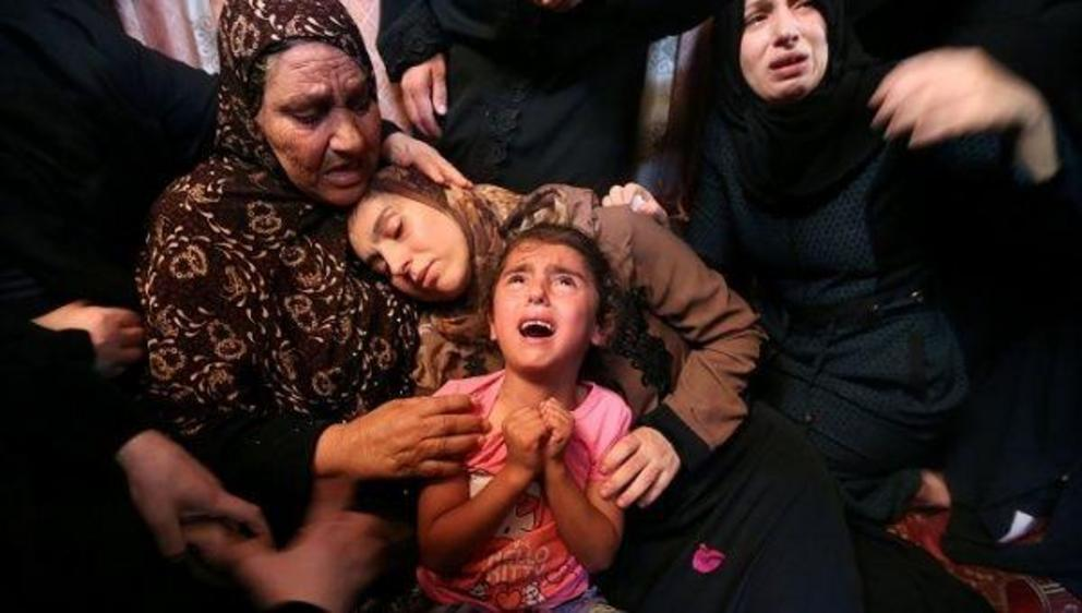 Relatives of Palestinian Haytham Al-Jamal, 15, mourn during his funeral in Rafah in the southern Gaza Strip. | Photo: Reuters