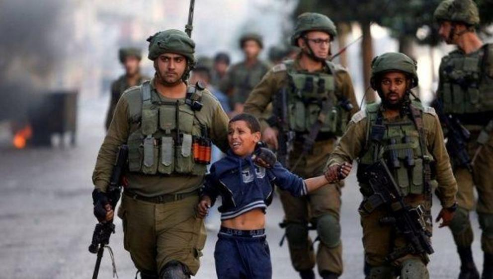 Israeli forces datain a Palestinian child in the occupied West Bank. | Photo: Reuters